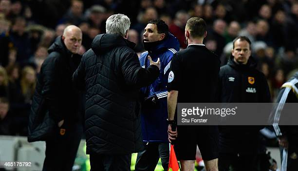 Hull manager Steve Bruce and Sunderland manager Gus Poyet argue after Poyet is sent to the stand during the Barclays Premier League match between...