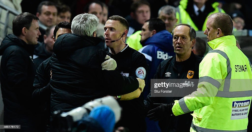 Hull manager Steve Bruce (2nd left) is held back by the assistant referee as Sunderland manager Gus Poyet (3rd right) is sent to the stand during the Barclays Premier League match between Hull City and Sunderland at KC Stadium on March 3, 2015 in Hull, England.