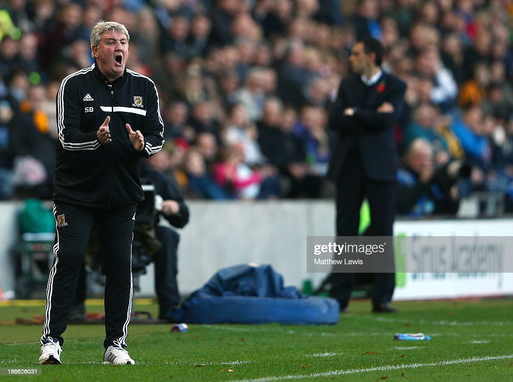Hull manager Steve Bruce (L) issues instructions during the Barclays Premier League match between Hull City and Sunderland at KC Stadium on November 2, 2013 in Hull, England.