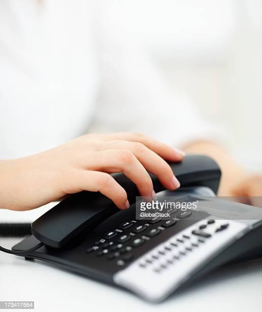 人間の手を保持電話レシーバ