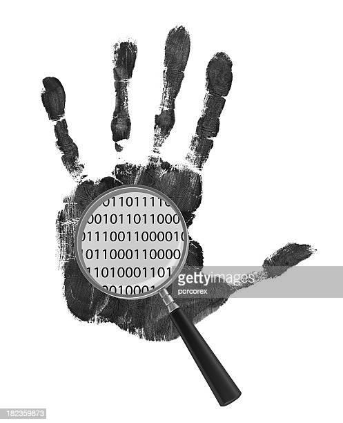 人間の手にバイナリーコード、拡大鏡