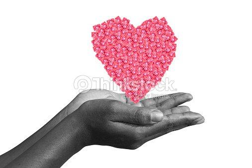 Manos Humanas Sosteniendo Un Corazón Hecho De Las Rosas Foto de ...
