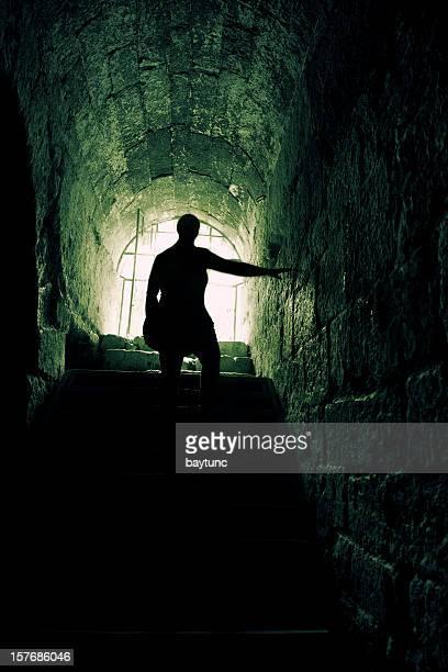 人間のシルエットを tunnel の出口で降ります。