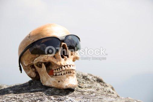Crânio Humano No Rock Foto de stock   Thinkstock 6026134a33