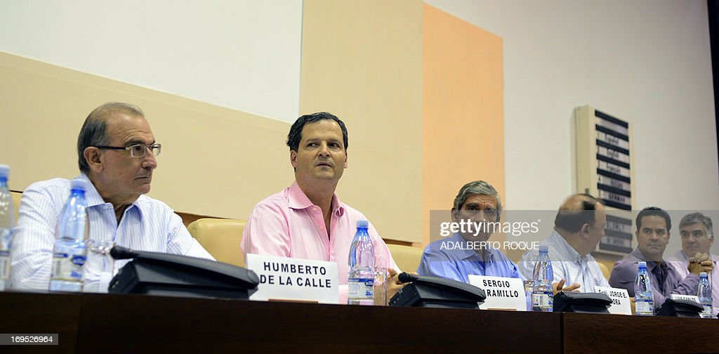 Humberto de la Calle (L), head of the Colombian Government delegation in Peace Talks with FARC-EP, takes part in a press conference at Convention Palace in Havana, on May 26, 2013 after the announcement that both delegations arrived to an agreement on the first item of a five-point agenda, land reform. Land distribution was one of the triggers of the decades-old conflict in Colombia. AFP PHOTO/ADALBERTO ROQUE