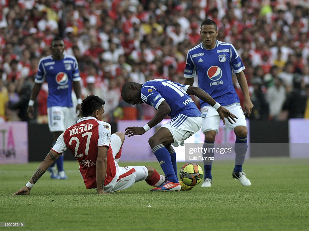 "Humberto Mendoza (L) of Independiente Santa Fe fights for the ball with Wason Renteria (C) of Millonarios during the match between Independiente Santa Fe and Millonarios as part of the the Champions Super League at Nemesio Camacho ""El Campin"" stadium on January 27, 2013 in Bogota, Colombia."