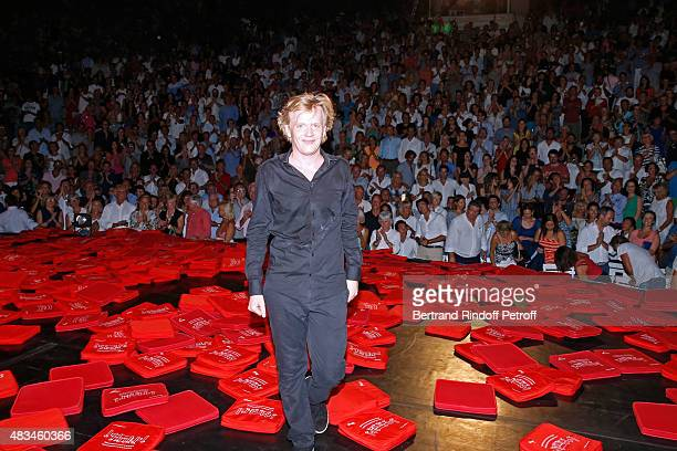 Humorist Alex Lutz acknowledges the applause of the audience whyle the traditional throw of cushions at the final of his Show during the 31th...