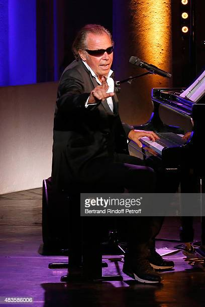 Humorist Michel Leeb imitates Ray Charles in his 'Michel Leeb Part en Live ' show accompanied by the music band 'The Messangers' during the 31th...