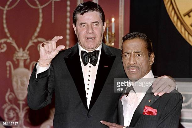 US humorists and comedian Jerry Lewis and US singer actor and dancer Sammy Davis Jr pose on May 15 1988 before the New York Friars Club Tribute to...