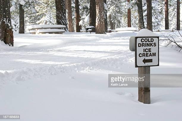 Humorvolle Schild im Winter