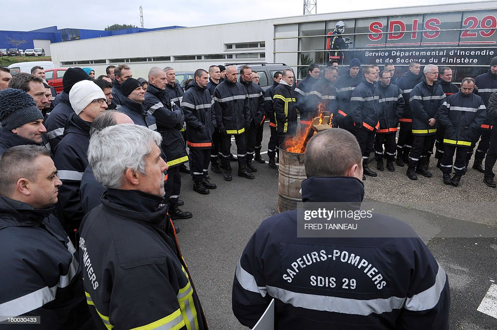 A hundred of firefighters demonstrate on January 25, 2013 to protest against their management conditions in Quimper, Brittany. AFP PHOTO / FRED TANNEAU
