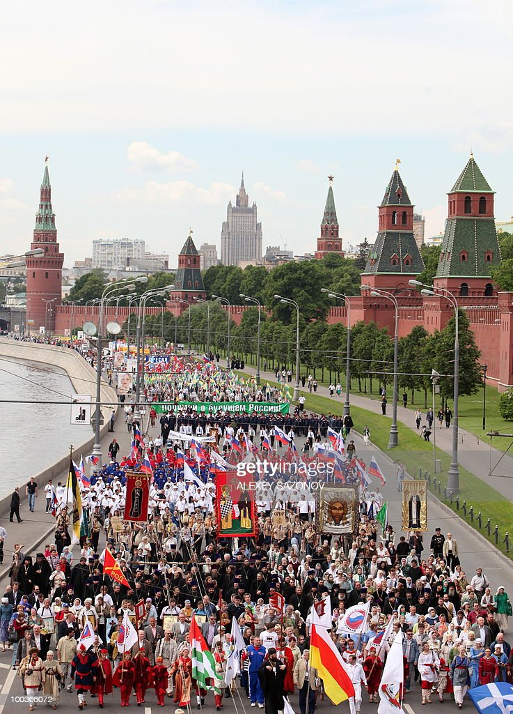 Hundreds of orthodox believers walk near the Kremlin in central Moscow on May 24, 2010, while celebrating the Holiday of St. Cyril and Methodius, the creators of Cyrillic alphabet and symbols of Slav culture. AFP PHOTO / Alexey SAZONOV