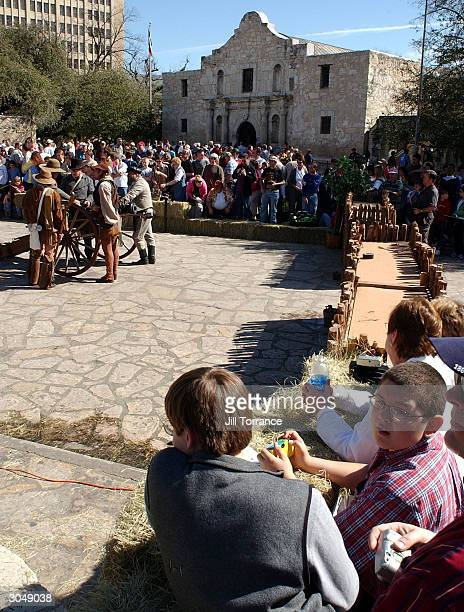 Hundreds of people gather to watch the reenaction of the Fall of the Alamo on 168th anniversay March 6 2004 in San Antonio Texas The dramatization is...