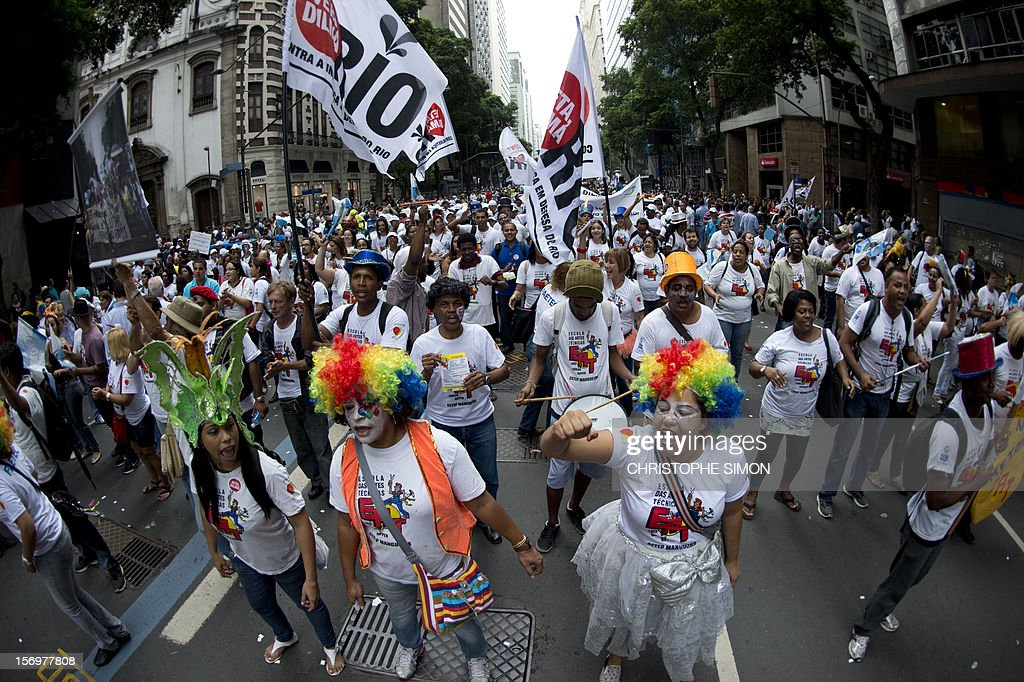 Hundreds of people march and shout slogans during a demonstration demanding Brazilian President Dilma Roussef to veto a bill that would redistribute oil royalties in favor of non-oil producing states, in Rio de Janeiro, Brazil, on November 26, 2012. Both Rio de Janeiro's mayor Eduardo Paes and governor Sergio Cabral warned that the new oil royalties share-out plan will jeopardize the financing of the 2014 World Cup and the 2016 summer Olympics. AFP PHOTO/Christophe Simon