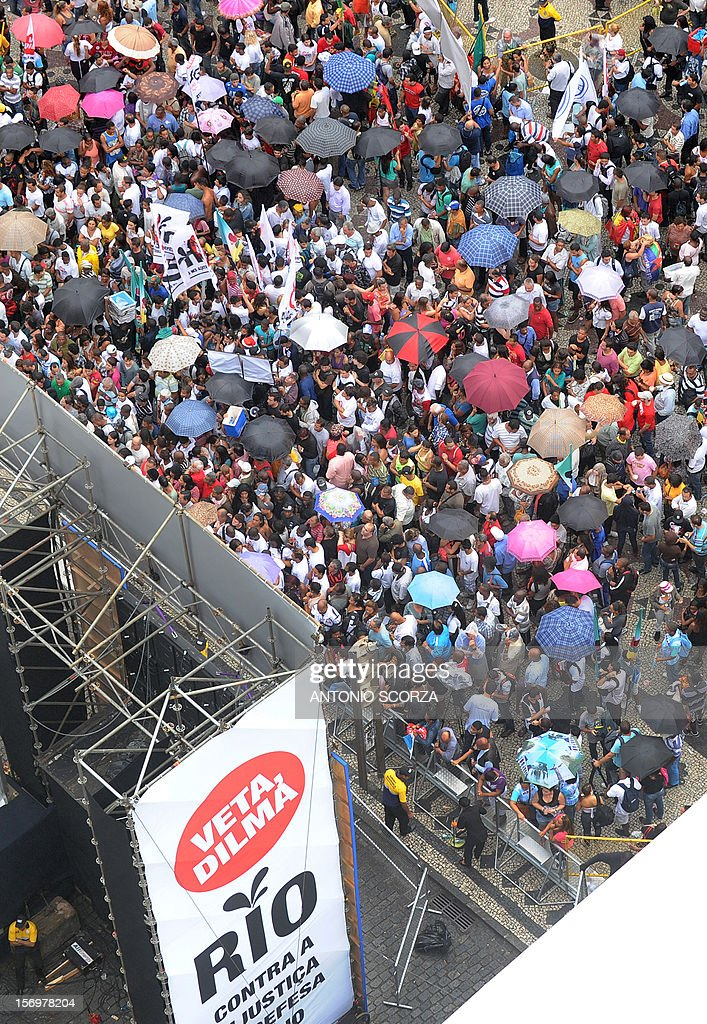 Hundreds of people take part in a demonstration demanding Brazilian President Dilma Roussef to veto a bill that would redistribute oil royalties in favor of non-oil producing states, in Rio de Janeiro, Brazil, on November 26, 2012. Both Rio de Janeiro's mayor Eduardo Paes and governor Sergio Cabral warned that the new oil royalties share-out plan will jeopardize the financing of the 2014 World Cup and the 2016 summer Olympics. AFP PHOTO ANTONIO SCORZA