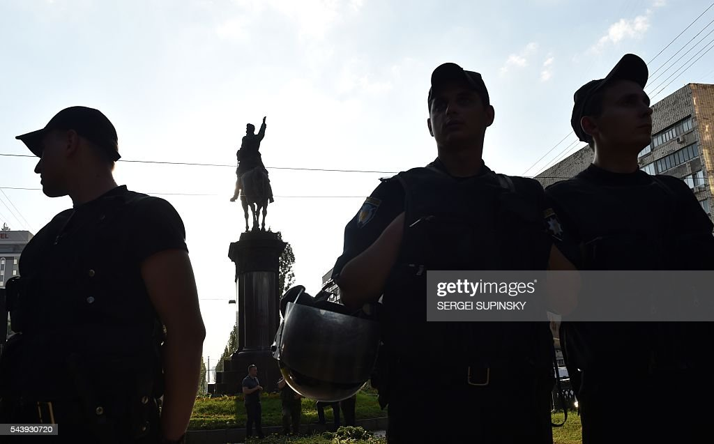 Hundreds of policemen guard a Soviet era monument for Bolshevik and Red Army commander Nikolai Shchors in the center of Kiev on June 30, 2016, to prevent it dismantling. Activists of some nationalists parties and the movements accused the Kiev city government of inaction in the implementation of the Decommunisation Law and were going to destroy the monument of the 'butcher of Ukrainian people'. The monument to Red Divisional Commander of the Bolshevik Revolution and the Civil War in 1917 was opened in 1954 to mark the 300th anniversary of the reunification of Russia and Ukraine. / AFP / SERGEI