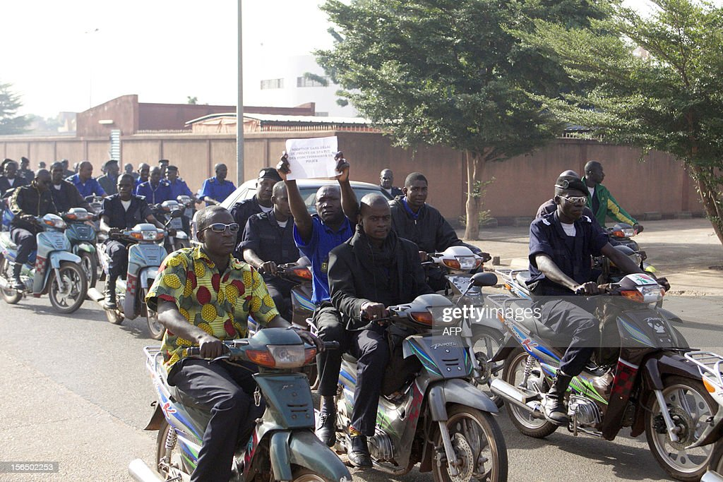 Hundreds of policemen of the National Police Union stage a demonstration in Bamako on November 16, 2012 against the kidnapping on November 15 of three police officers following an array of controversial promotions. AFP PHOTO / HABIBOU KOUYATE