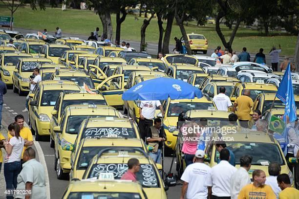 Hundreds of taxi drivers from Rio de Janeiro Sao Paulo and Belo Horizonte block the avenue which links South and Center Rio de Janeiro on July 24 to...