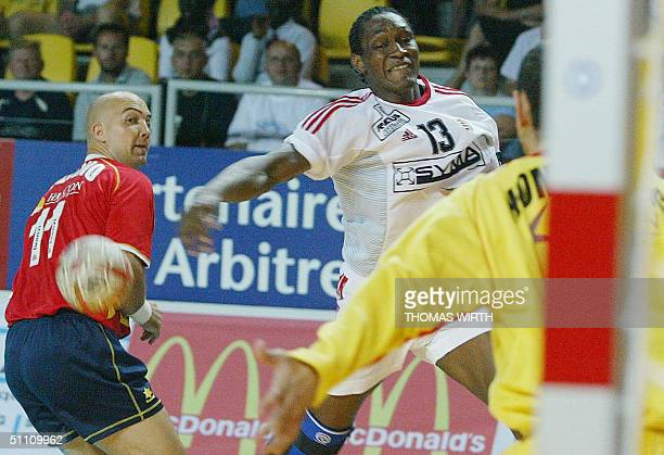 Hungarian Ivo Diaz vies with Spaniards Demetrio Lozano Jarque and Jose Ibanez Hombrados 23 July 2004 in Strasbourg during Spain/Hungary Eurotournoi...
