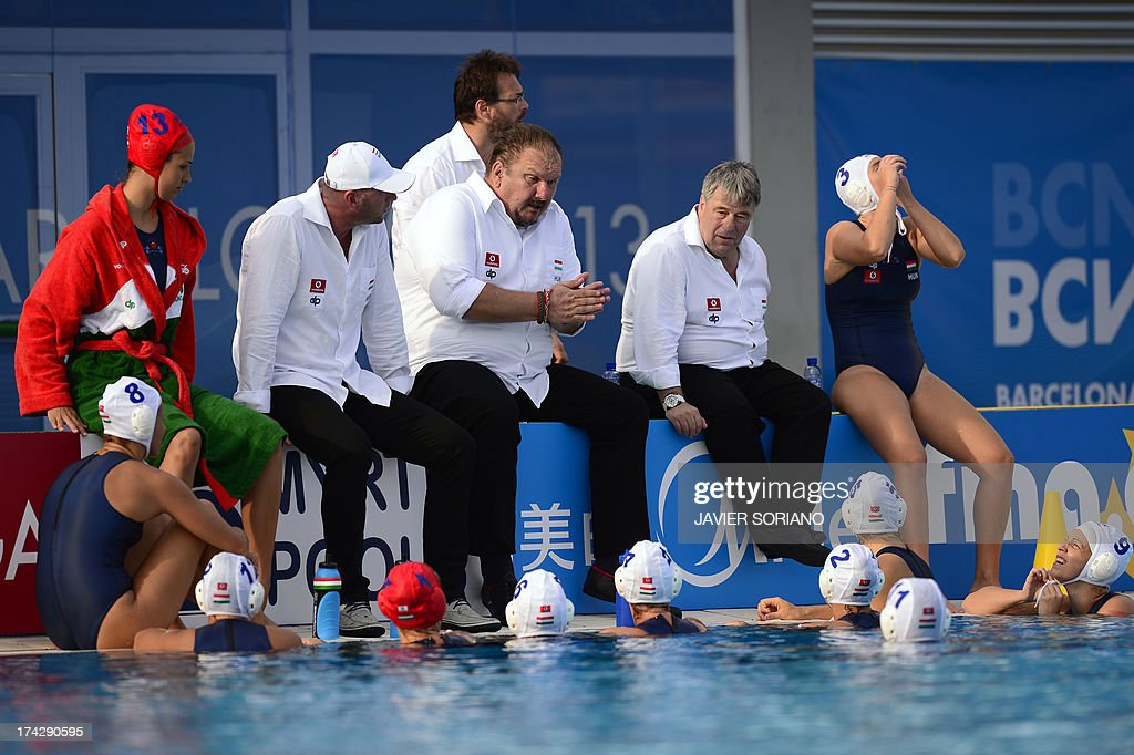 Hungary's coach Andras Meresz (C) chats with his players during their preliminary round match Hungary vs Italy of the women's water polo competition at the FINA World Championships in Bernat Picornell pools in Barcelona on July 23, 2013.