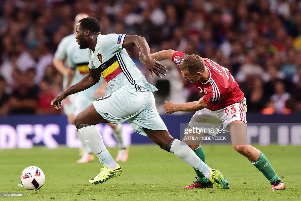 Hungary's defender Roland Juhasz (R) vies for the ball with Belgium's forward Romelu Lukaku during the Euro 2016 round of 16 football match between Hungary and Belgium at the Stadium Municipal in Toulouse on June 26, 2016. / AFP / Attila KISBENEDEK