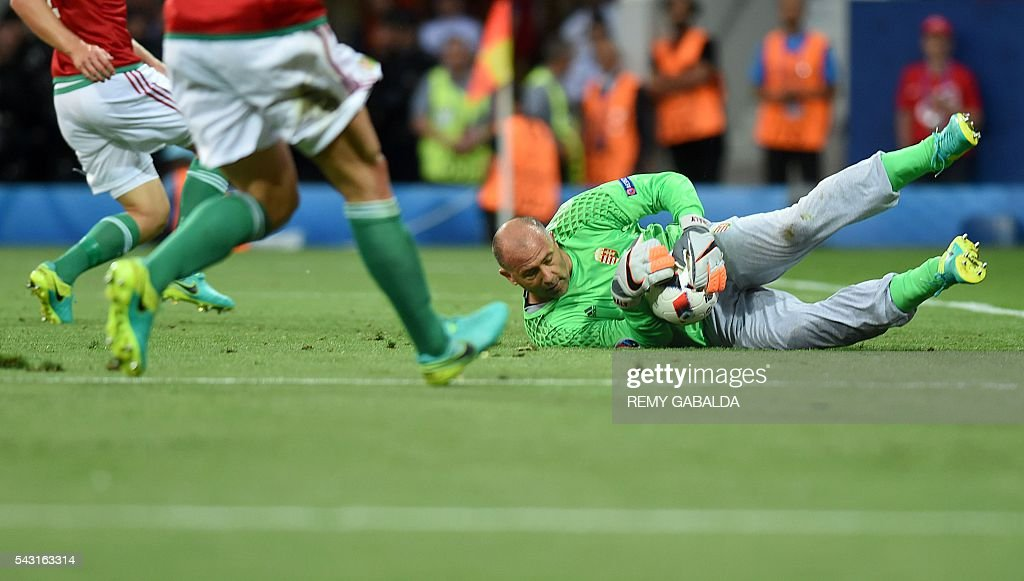 Hungary's goalkeeper Gabor Kiraly dives to save the ball during the Euro 2016 round of 16 football match between Hungary and Belgium at the Stadium Municipal in Toulouse on June 26, 2016. / AFP / Rémy GABALDA