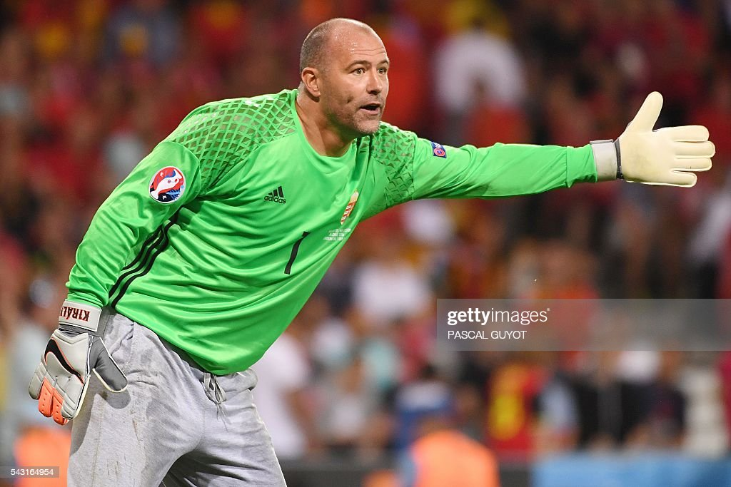 Hungary's goalkeeper Gabor Kiraly (L) gestures during the Euro 2016 round of 16 football match between Hungary and Belgium at the Stadium Municipal in Toulouse on June 26, 2016. / AFP / PASCAL
