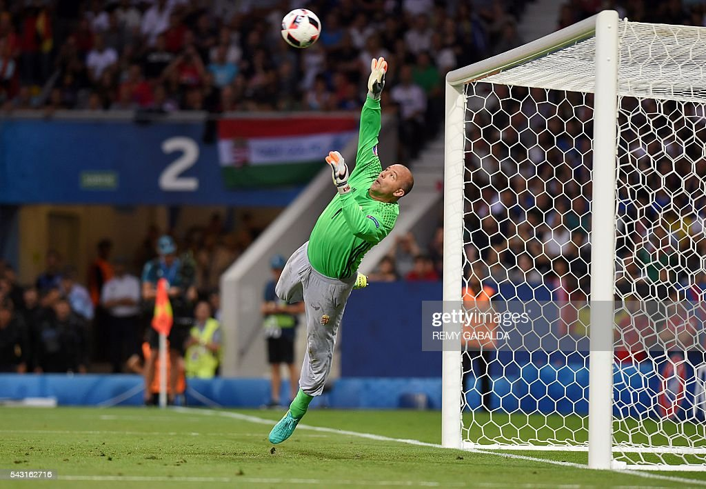 Hungary's goalkeeper Gabor Kiraly saves a shot during the Euro 2016 round of 16 football match between Hungary and Belgium at the Stadium Municipal in Toulouse on June 26, 2016. / AFP / Rémy GABALDA