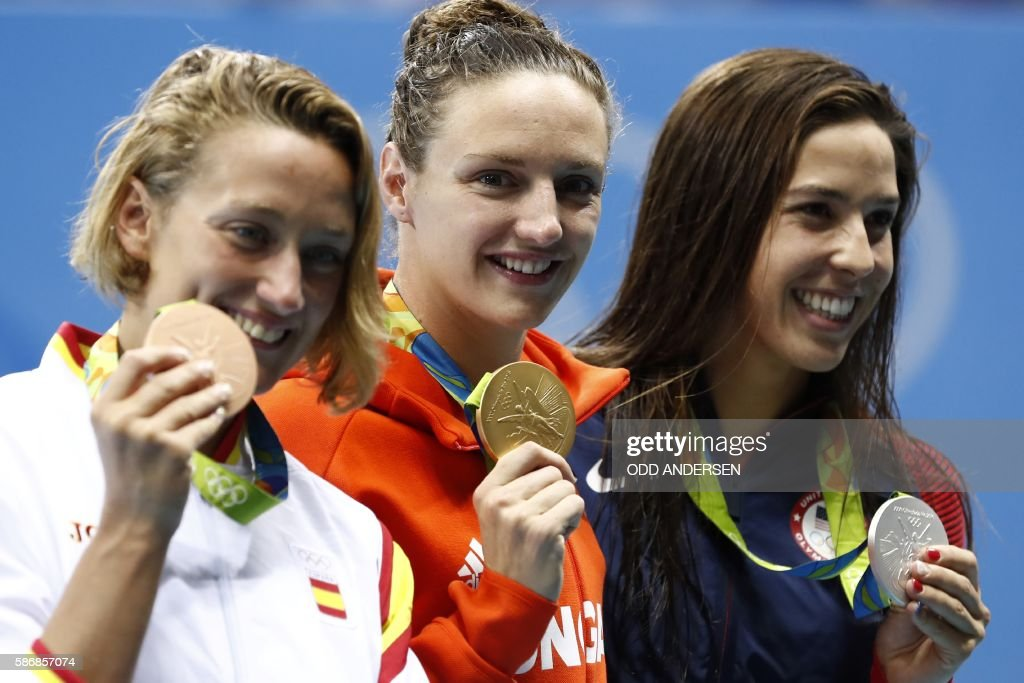 Hungary's Katinka Hosszu (C) poses on the podium with silver medallist USA's Madeline 'Maya' Dirado (R) and bronze medallist Spain's Mireia Belmonte Garcia after she won the Women's 400m Individual Medley Final during the swimming event at the Rio 2016 Olympic Games at the Olympic Aquatics Stadium in Rio de Janeiro on August 6, 2016. / AFP / Odd ANDERSEN