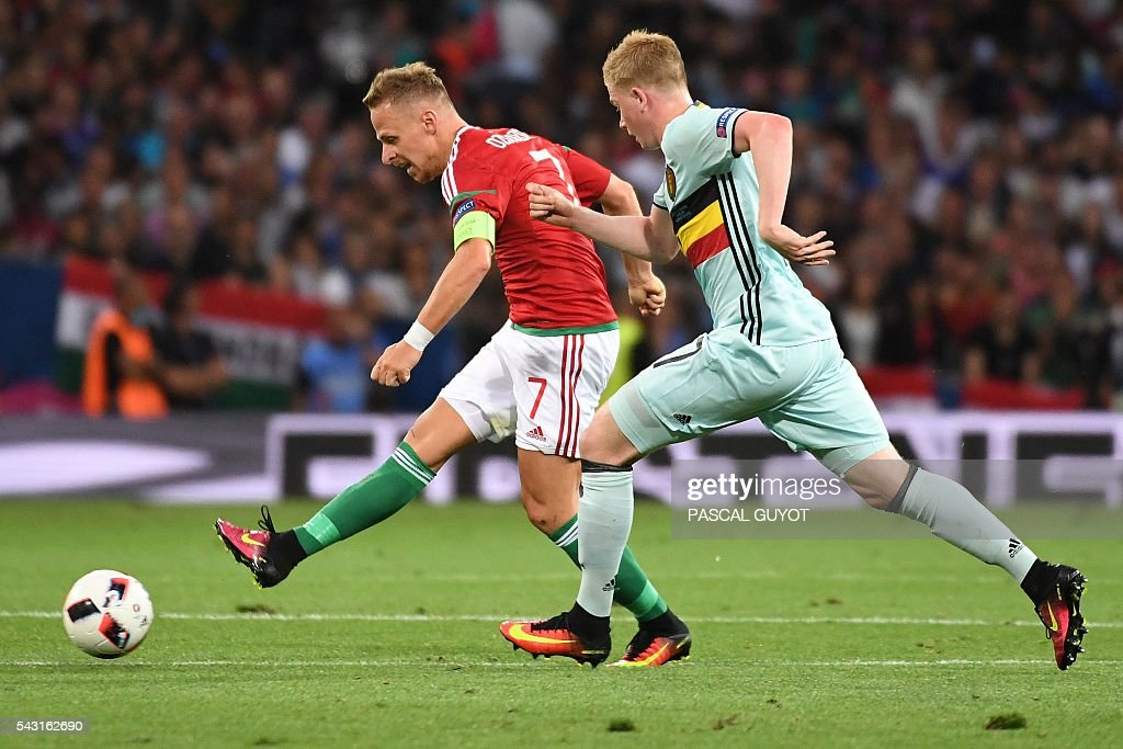 Hungary's midfielder Balazs Dzsudzsak (L) vies for the ball with Belgium's midfielder Kevin De Bruyne during the Euro 2016 round of 16 football match between Hungary and Belgium at the Stadium Municipal in Toulouse on June 26, 2016. / AFP / PASCAL