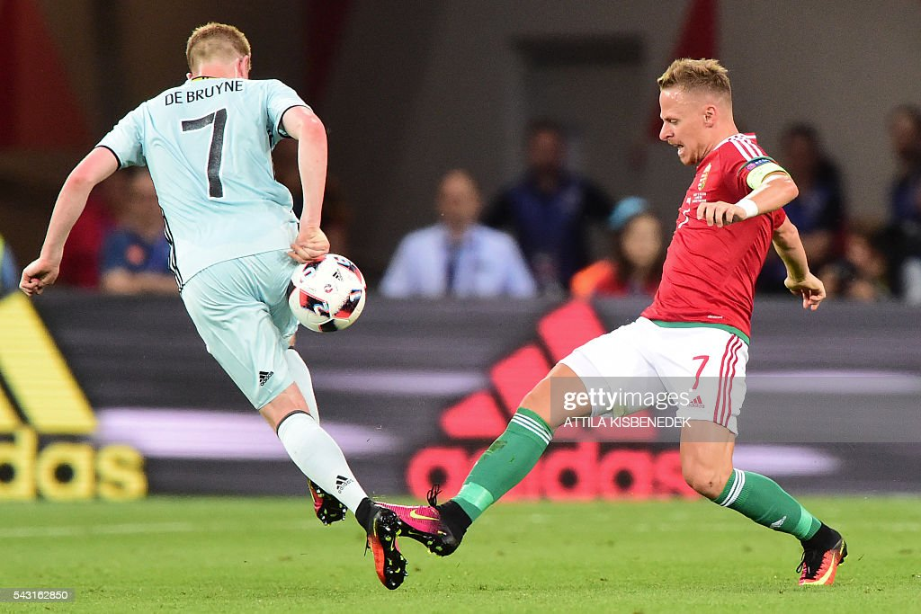 Hungary's midfielder Balazs Dzsudzsak (R) vies for the ball with Belgium's midfielder Kevin De Bruyne during the Euro 2016 round of 16 football match between Hungary and Belgium at the Stadium Municipal in Toulouse on June 26, 2016. / AFP / Attila KISBENEDEK