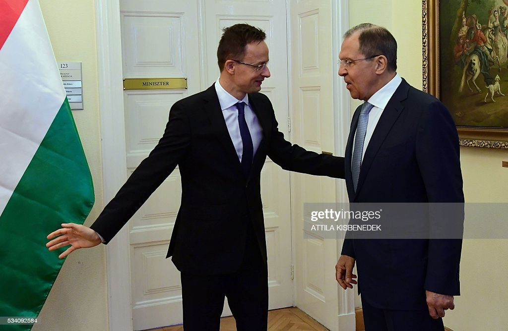 Hungary's Minister of External Economy and Foreign Affairs Peter Szijjarto (L) welcomes Russian Foreign Minister Sergei Lavrov for an official meeting at the ministry in Budapest on May 25, 2016. / AFP / ATTILA
