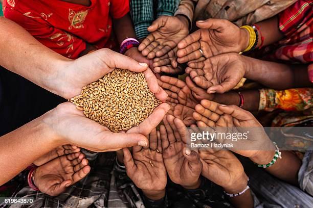Hungrig afrikanische Kinder Stellen für Speisen, Afrika