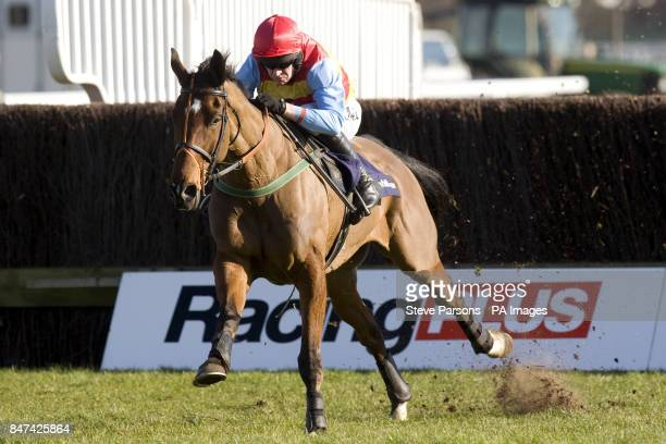 Hunt Ball ridden by Barry Geraghty on their way to winning the William Hill App 25 SignUp Bonus Handicap Chase