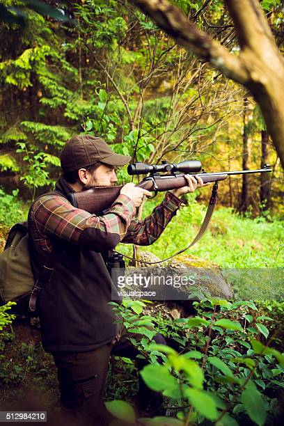 Hunter Zielen In Beute die versteckt im Wald