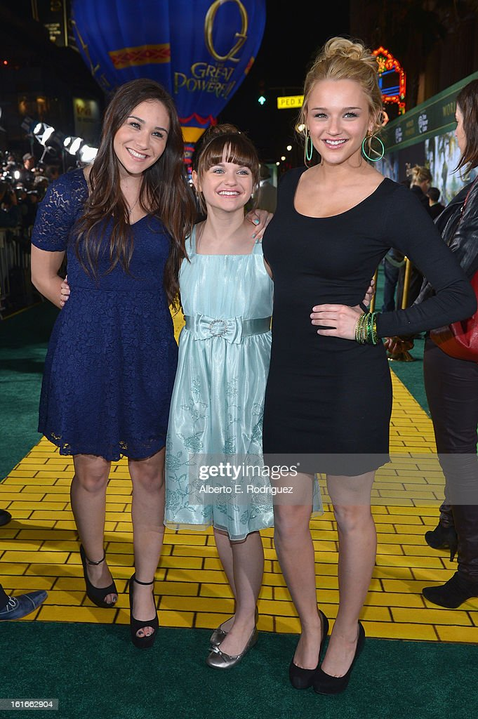 Hunter King, Joey King and Kelly King attend Walt Disney Pictures World Premiere of 'Oz The Great And Powerful' - Red Carpet at the El Capitan Theatre on February 13, 2013 in Hollywood, California.
