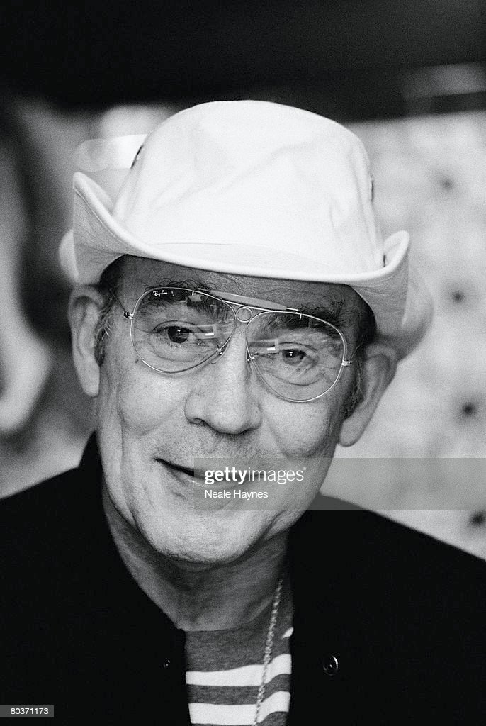 """hunter s thompsons gonzo journalism An iconoclastic hero of the written word, hunter s thompson (july 18, 1937–february 20, 2005) endures as the godfather of """"gonzo journalism"""" — that once."""