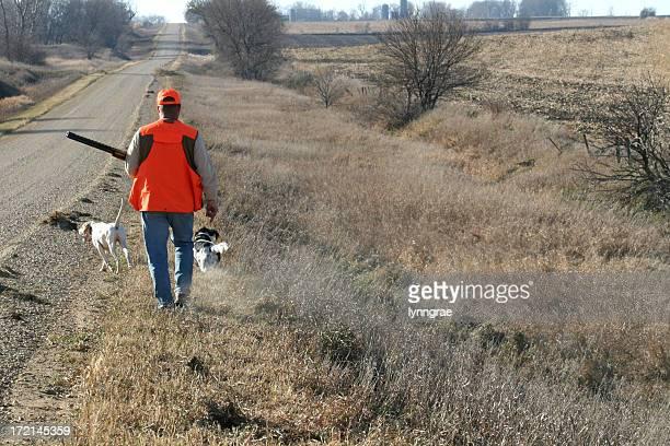 Chasseur à pied le long de fossé Faisan saison
