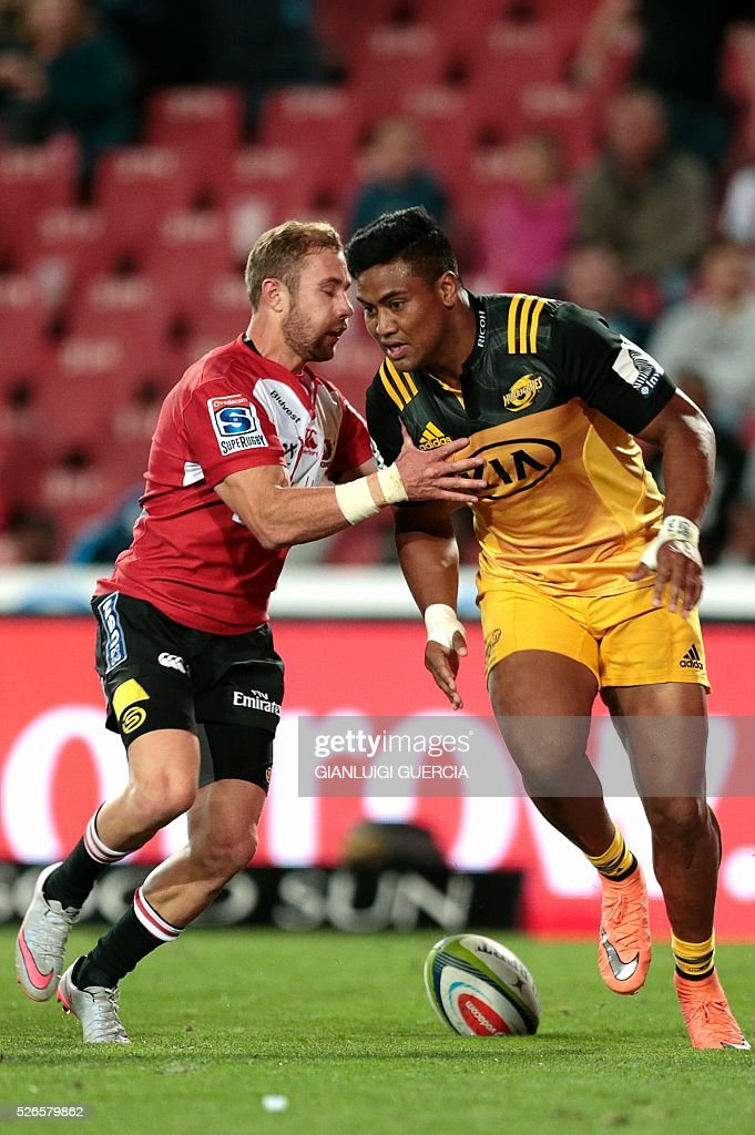 Hurricanes' New Zealand wing Julian Savea (R) scores a try during the Super Rugby clash between Lions and Hurricanes at Ellis Park rugby stadium on April 30, 2016 in Johannesburg, South Africa. / AFP / GIANLUIGI