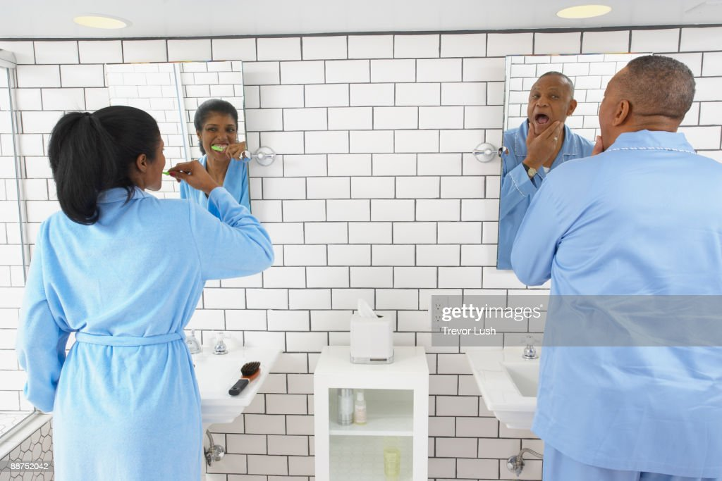 Husband and wife in bathroom together : Stockfoto