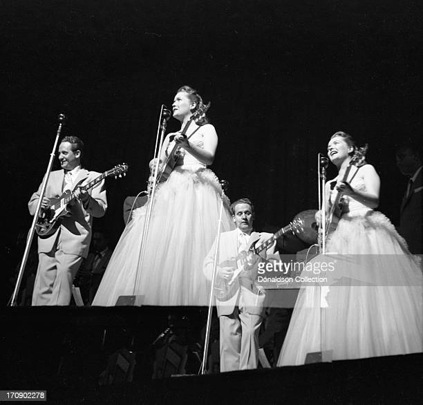 Husband and wife musical team Les Paul and Mary Ford perform onstagewith Les Paul electric guitars at the New York Paramount on June 19 1952 in New...