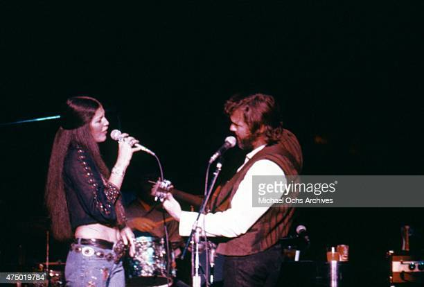 Husband and wife musicians Rita Coolidge and Kris Kristofferson perform onstage in 1981