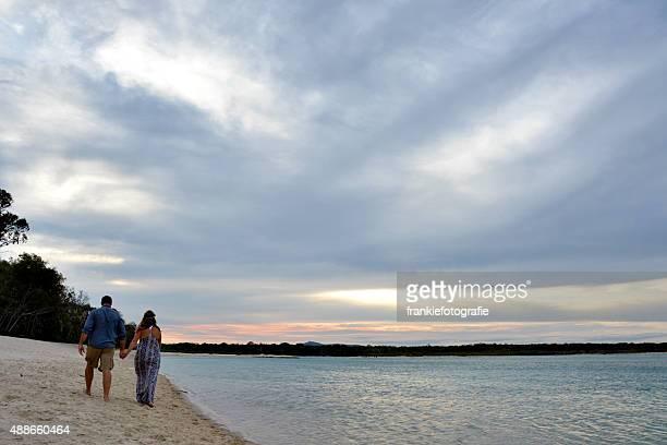 Marito e moglie a piedi lungo la spiaggia