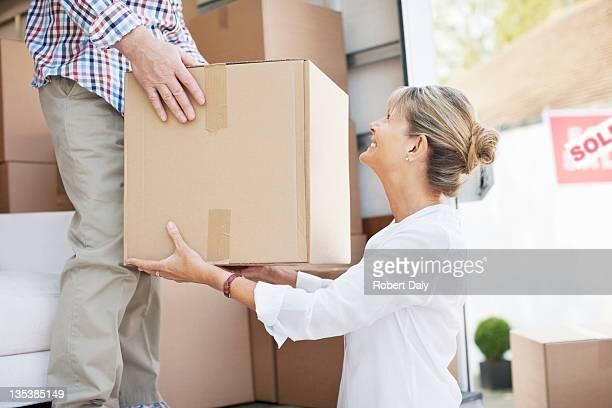 Mann Ausführender box, Frau von moving van