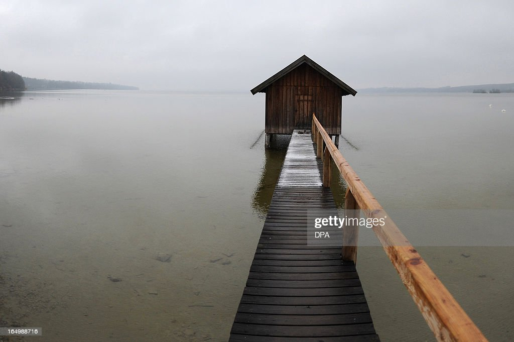 A hut stands at a footbridge at the Ammersee lake near Inning, southern Germany, on March 30, 2013. Meteorologists forecast temperatures around freezing pont for the coming week in Germany. AFP PHOTO / ANDREAS GEBERT GERMANY OUT