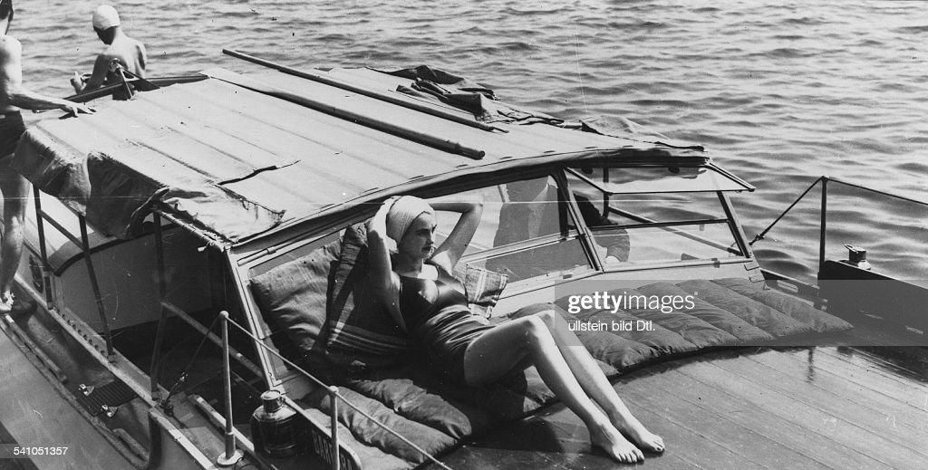 Hutton, Barbara *-+Kaufhaus-Erbin, USA- am Bord ihres Motorbootes- 1937