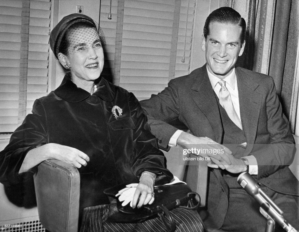 Hutton, Barbara (*-+) , Kaufhaus-Erbin, USA, - mit Philip von Rensselaer an Bord der 'United States' nach der Ankunft in New York, - 1957