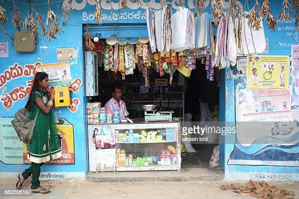 IND Hyderabad Frau telefoniert neben einem Geschäft