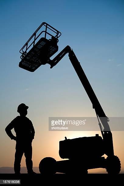 Hydraulischer Aufzug und Bauarbeiter