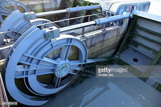 Hydraulic mechanism of a dam